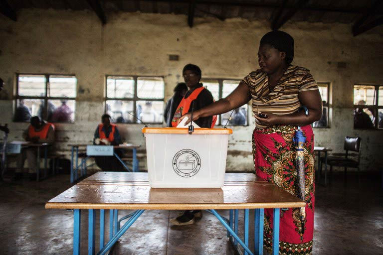 A Zambian woman casts her ballot for the Zambian presidential elections at Kanyama Primary School in Lusaka. (Pic: AFP)